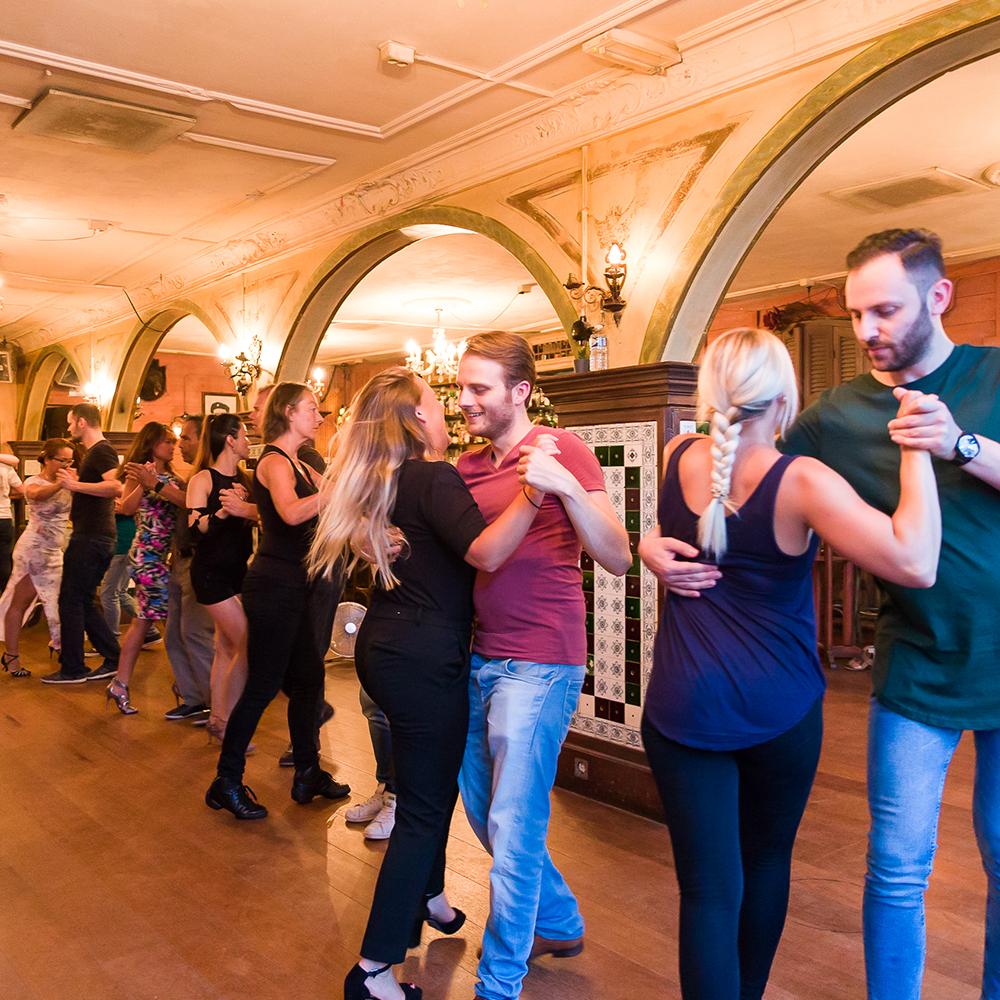 Danslessen in diverse Latin dansstijlen en op verschillende niveaus bij Salsa Sensation Dansschol Eindhoven